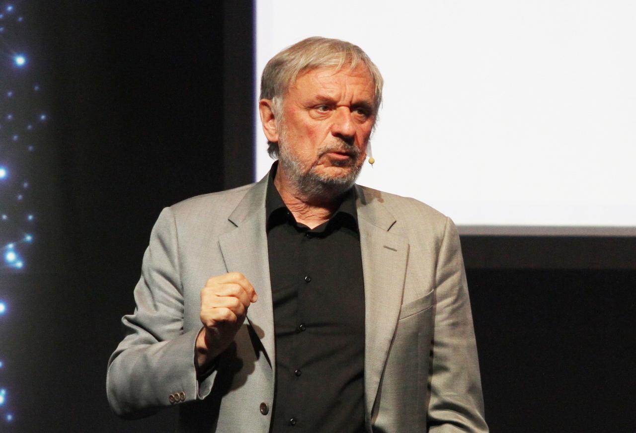 콤플렉시카(Complexica)의 설립자이자 국제적으로 수학적 최적화와 신기술로 널리 알려진 작가, 교수 그리고 사업가인 즈비그누 미할리비치(Zbigniew Michalewicz) 박사