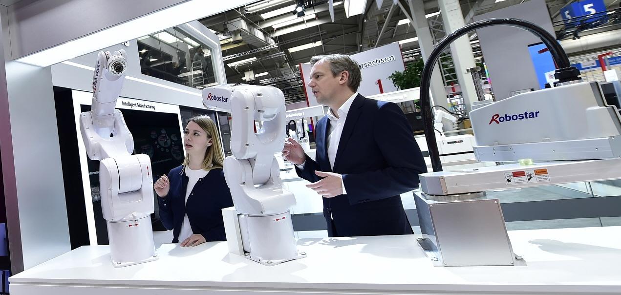 로보스타의 수평다관절 로봇과 수직다관절 로봇