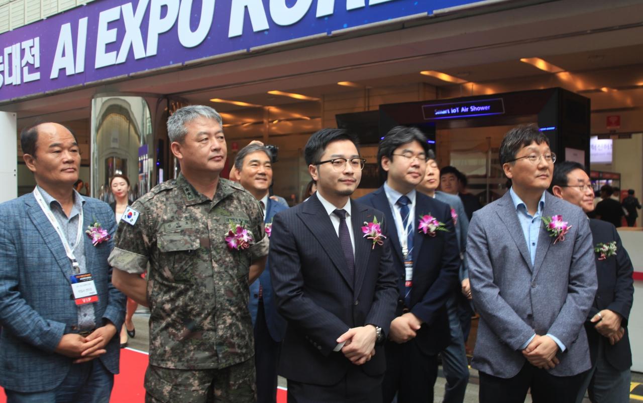 AI EXPO KOREA 전시개요 설명을 듣고 있는 외빈(사진:최광민 기자)