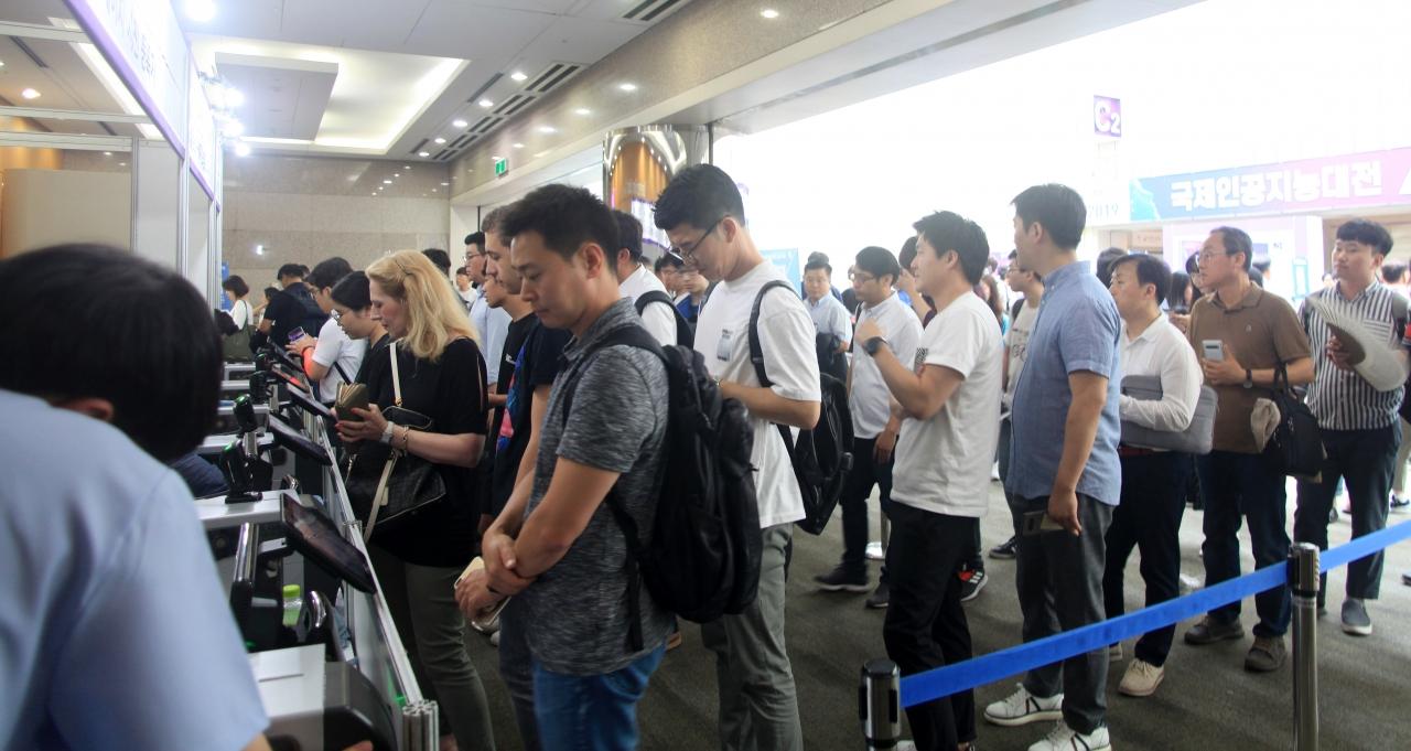 특히, 올해는 외국인 참관이 눈에 띠게 늘었다. 입장 등록을 위해 순서를 기다리고 있다(사진:최광민 기자)
