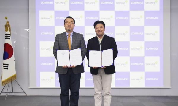 셀바스 AI 윤승현 부사장(왼쪽)과 코맥스 변우석 대표가 업무협약 후 기념촬영하고 있다.