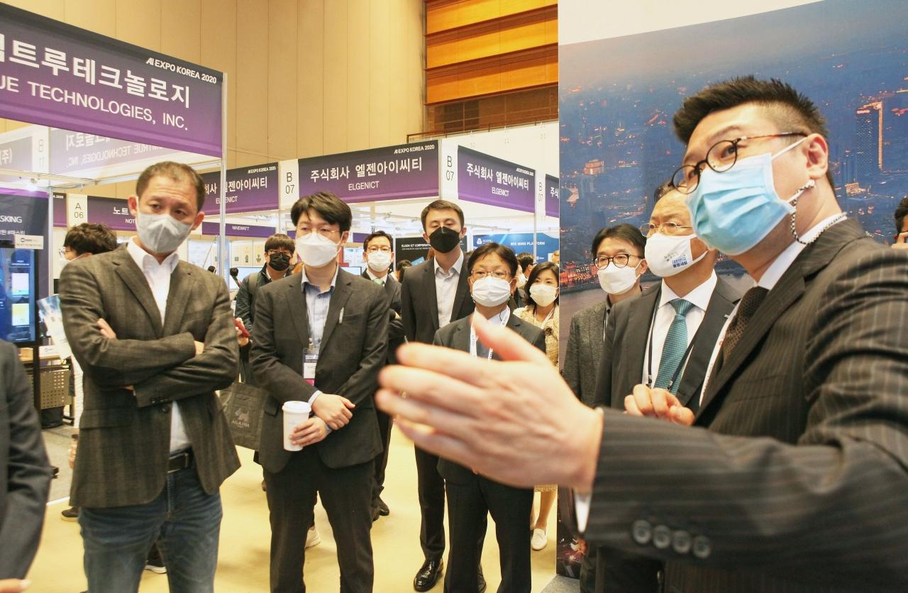 한국화웨이 AI기술담당 박태민 이사가 부스를 방문한 참가사 대표들에게 솔루션을 소개하고 있다.